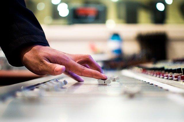 Kiváló hangulatot teremt a DJ